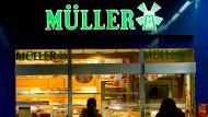 Zwei Passantinnen betrachten 2012 die Auslage einer Müller-Brot-Filiale.