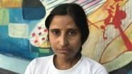 Ein großer Teil der linken Gesichtshälfte von Rukhya Khatun ist entstellt. Heute plaudert sie mit den Café-Gästen und lässt sich von ihnen fotografieren. Doch das war nicht immer so.