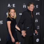 Bei einer New Yorker Party im März 2019 hat David Hasselhoff viel zu lachen, seine Frau Hayley Roberts lächelt hingegen einfach nur – ob sie schon einen Plan hat, wie sie ihn von einem gemeinsamen Kind überzeugen kann?