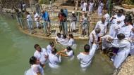 Pilger mit Handtüchern: In Yardenit lassen sich Gläubige taufen – obwohl Jesus vermutlich weiter südlich am Jordan getauft wurde.
