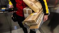 Bis zu 15 Pakete bekommt jeder Deutsche im Jahr geliefert. Die Zustellung ist bei Berufstätigen nicht immer einfach.