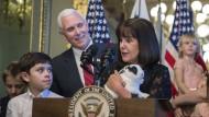 Ein Hase im Rampenlicht: Marlon Bundo – hier im Arm von Karen Pence, die bei einer Veranstaltung neben ihrem Mann steht – spielt die Hauptrolle in beiden Kinderbüchern.