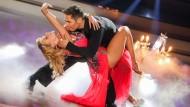 """Soll sich eigentlich nicht verbiegen: Schauspielerin Mareike Steen mit ihrem Tanzpartner Christian Polanc bei """"Let's Dance""""."""