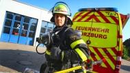 In voller Montur: Feuerwehrmänner kommen in ihrer Arbeitskleidung bei heißen Temperaturen ziemlich ins Schwitzen.