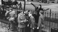 Ein Bild mit historischer Wucht: Sophie Scholl verabschiedet ihren Bruder (zweiter von links). Im folgenden Jahr wurden die meisten der Abgebildeten hingerichtet.