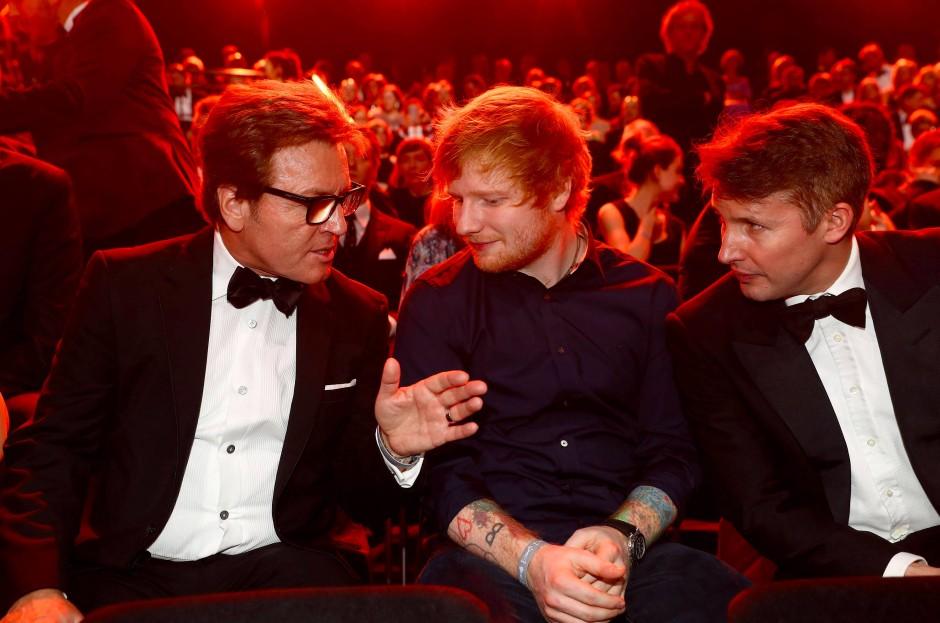 Ed Sheeran (Mitte) und James Blunt (r.) gemeinsam bei der Verleihung zur Goldenen Kamera in Hamburg: Die beiden britischen Musiker sind gute Freunde. Gehen sie bald auch gemeinsam auf Tournee?