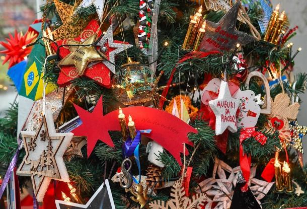 Wer Schmückt Den Weihnachtsbaum.Bilderstrecke Zu Wenn Kinder Zum Ersten Mal Alleine Weihnachten
