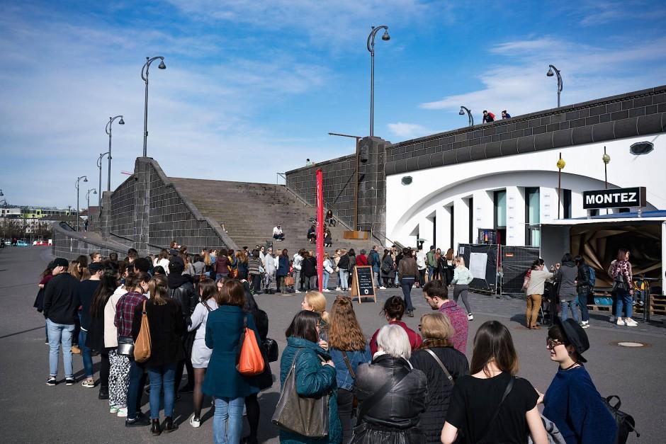Schlange stehen für Ware aus zweiter Hand: Besucher warten vor dem Kunstverein in Frankfurt auf den Beginn des Vintage-Flohmarktes.