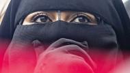 Frau mit Niqab während einer Demonstration gegen das Burkaverbot in den Niederlanden