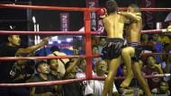 Dass Kinder wie hier im Muay Thai gegeneinander antreten, ist in Thailand üblich – aber nicht mehr unumstritten.