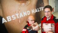"""Der Notarzt Andreas Bayer (links) und Pilot Dietmar Gehr bei der Präsentation der Kampagne """"Runter vom Gas!"""""""