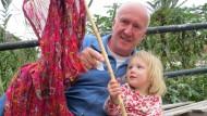"""""""Das ist der Honig, den ich sauge"""": Matthias Franck, 63, mit Töchterchen Mathilda, zwei."""