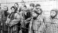 Eva Mozes (rechts) am Tag der Befreiung von Auschwitz, am 27. Januar 1945.