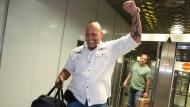 Freut sich wieder in der Heimat zu sein: Ex-Rocker-Chef Hanebuth bei seiner Ankunft am Flughafen in Hannover.