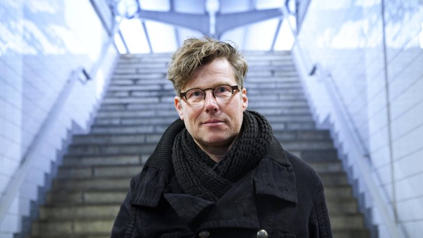 """Martin Fromme - Der Comedian und Moderator im Gespräch mit Stefan Locke. Fromme, dem ein Arm fehlt, ist bekannt geworden als Moderator der Sendung """"Selbstbestimmt"""" für behinderte Menschen."""
