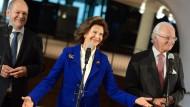Was für ein Genuss: Silvia und Carl Gustaf freuen sich mit Olaf Scholz (links) in der Elbphilharmonie.