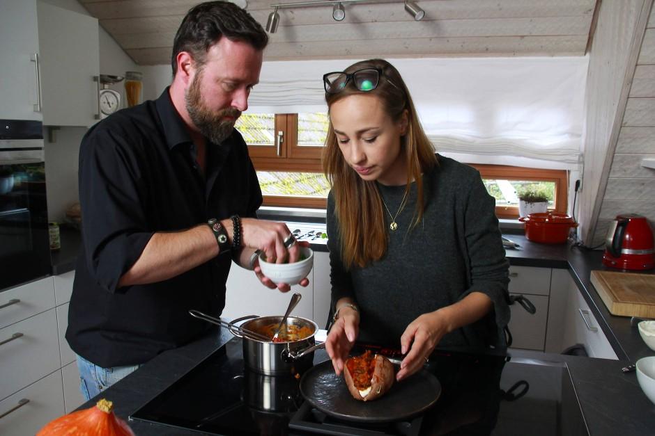 Manche Gerichte müssen Jens Glatz und Mirja Hoechst mehrmals kochen. Bei der Ofenkartoffeln sind die beiden jedoch direkt zufrieden.