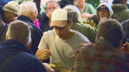 Obdachlose und Banker an einem Tisch