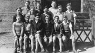 Erste Reihe, Dritter von links: Karl Lagerfeld in der Jürgen-Fuhlendorf-Schule in Bad Bramstedt.