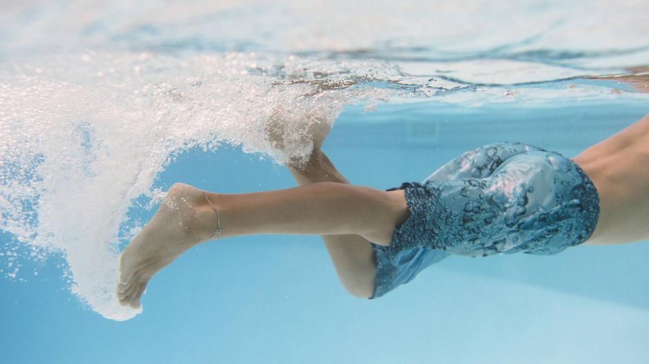 Wann lernt das Kind am besten schwimmen? Die Methoden sind verschieden, doch eine Grundregel bleibt: Kinder sollten nicht gedrängt werden.
