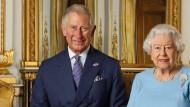 Prinz Charles und Queen Elizabeth II. bei einem offiziellen Fotoshooting 2015 für die Royal Mail im Buckingham Palace.