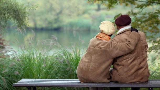 Sexualität im Alter: Lieber Kuscheln als Sex