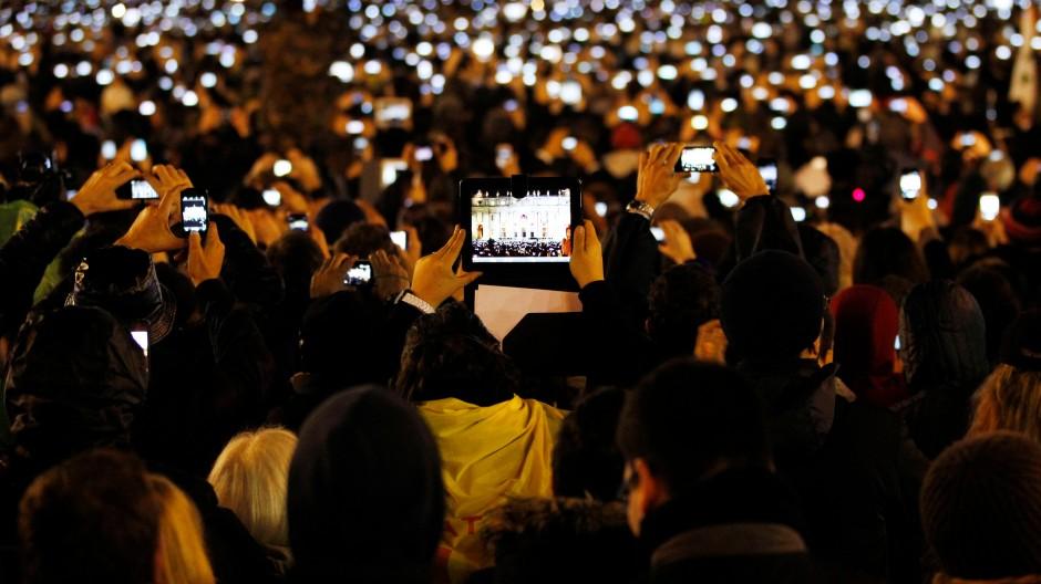 Das Smartphone oder Tablet als ständiger Begleiter - auch auf dem Petersplatz.