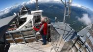 Ein Blick in die Weite: Norbert Stadler steht am Dach der Wetterwarte.
