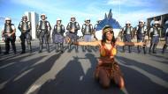 Die Indigenen Brasiliens demonstrieren gegen Staatspräsident Michel Temer – und wehren sich ohne Waffen.
