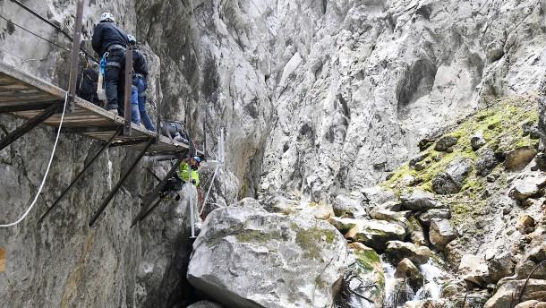 Zwei Tote und sieben Verletzte bei Felssturz in einer Klamm