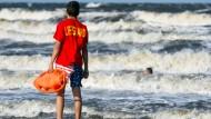 Gefährliche Gewässer: Trotz Rettungsschwimmern des DLRG kommt es auch in der Nord- und Ostsee immer wieder zu Todesfällen.