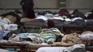 Vom Erdbeben betroffene Menschen in einem Hilfscamp in Fabriano