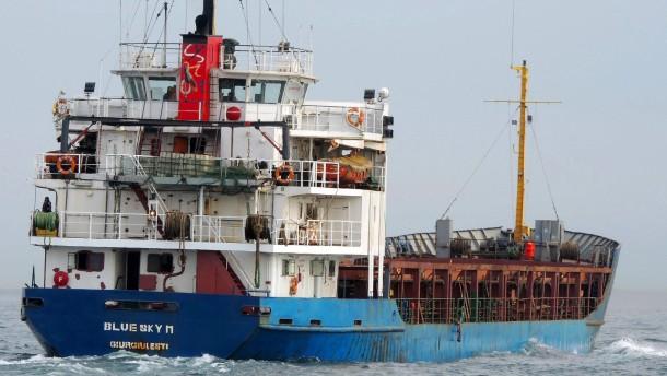 Flüchtlingsfrachter erreicht Hafen in Italien
