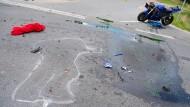 Tragisch: Eine Kreidezeichnung zeigt die Umrandung eines tödlich verunglückten Motorradfahrers (Symbolbild)