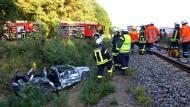 Rettungskräfte der Feuerwehr am Dienstag nach einem Unglück auf dem Bahnübergang in Oerel (Niedersachsen).