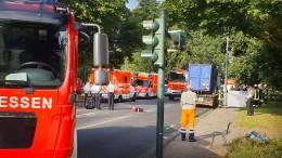 Mutter von Müll-Lastwagen überrollt