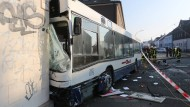 Der verunglückte Schulbus kollidierte mit mehreren Autos zusammen und prallte dann gegen eine Hauswand.