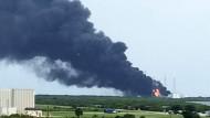 Bis weit in die Ferne waren die Rauchschwaden und das Feuer über dem Weltraumbahnhof Cape Canaveral sichtbar.