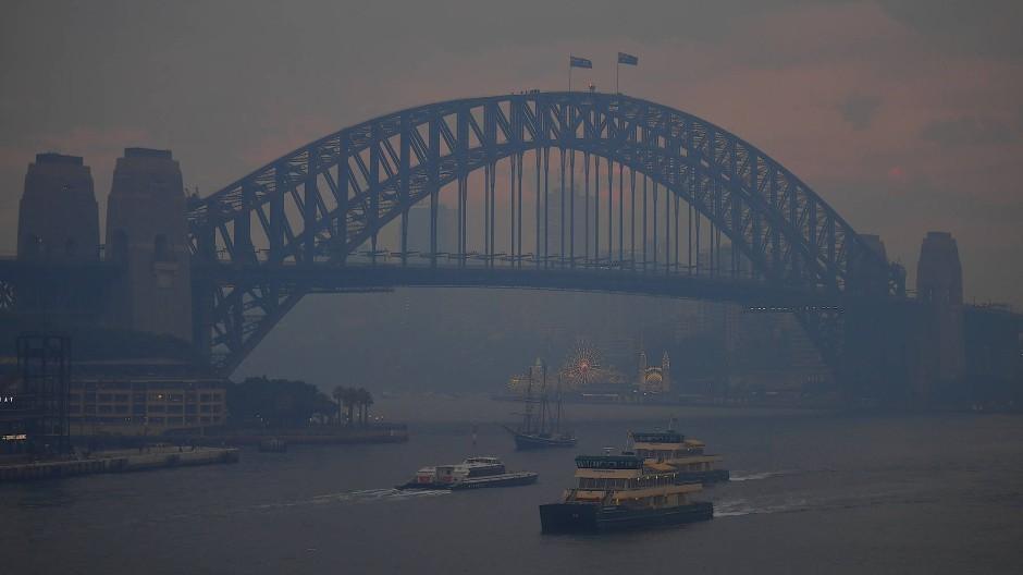 Das nunmehr düstere Zentrum von Sydney mit der berühmten Hafenbrücke liegt am 2. Dezember 2019 im Rauch der seit Wochen tobenden Waldbrände.