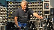 Mehr Menschen über 55 haben in Deutschland wieder Arbeit - so wie dieser Mitarbeiter im BMW-Werk Dingolfing.