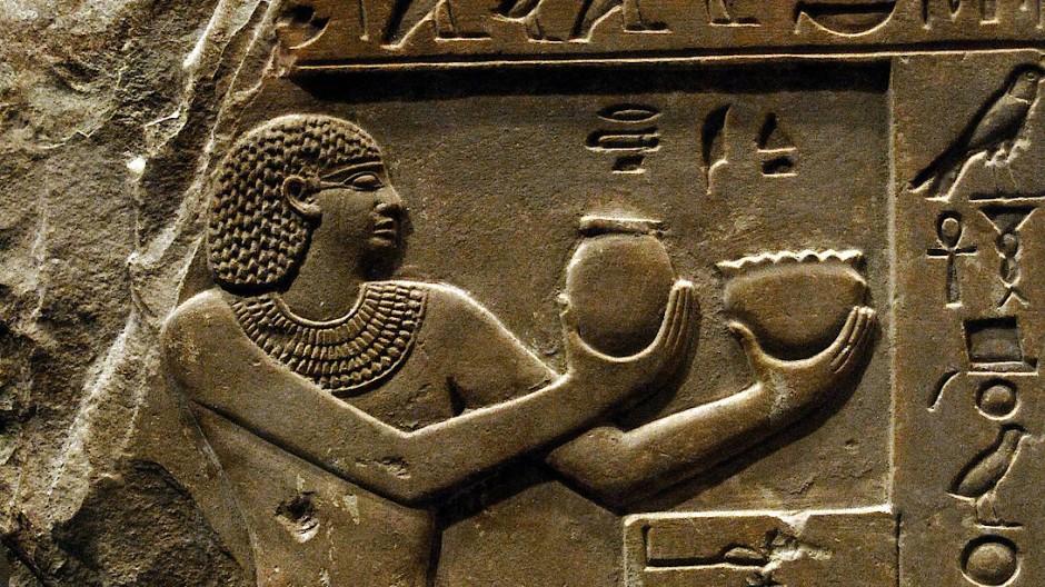 Auf diesem Relief soll der Pharao Intef II. den Göttern Ra und Hathor im dritten Jahrtausend vor Christus Milch und Bier darbringen. Ein Jahrtausend früher erweist es sich als weitaus schwieriger, die Rolle des Biers im menschlichen Alltag herauszufinden.
