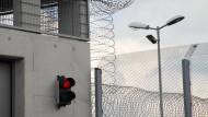 Nicht jede Vorstrafe muss im Gefängnis verbüßt werden. Doch was ist dann ein Kriterium dafür, dass der Arbeitgeber darüber informiert werden muss?