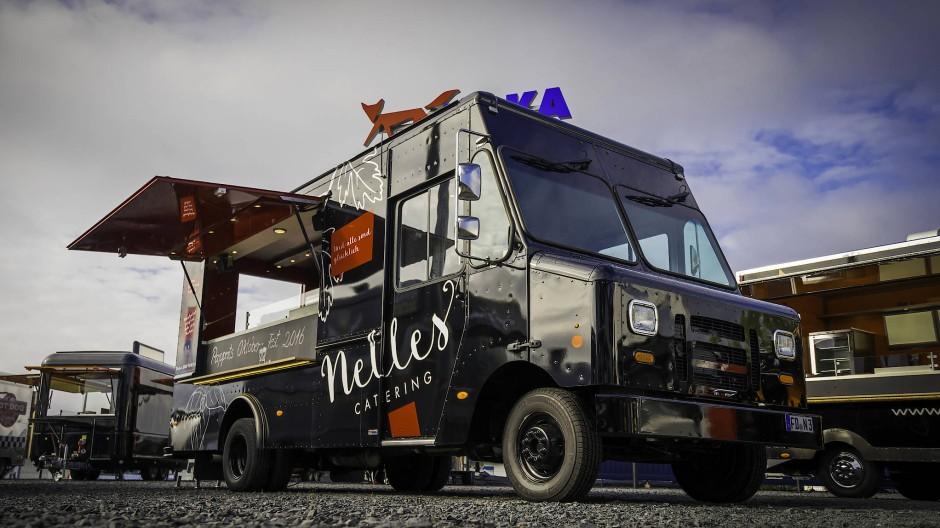 Innen mit Grill, Wok und Kombidämpfer: der Truck von Nelles Catering