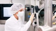 Bei der Arbeit an den Anlagen für die Tablettenherstellung muss die Biologin Caroline Velte aus Hygienegründen Schutzkleidung tragen.