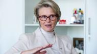 Lesen verlernt man nicht: Für Bundesbildungsministerin Anja Karliczek (CDU) ist Tiefenlektüre kein lebenslanges Lernprojekt