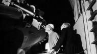 Im Vatikan hat man sich schon immer für den Sternenhimmel interessiert: Papst Paul VI. blickt durch das Teleskop in Castel Gandolfo