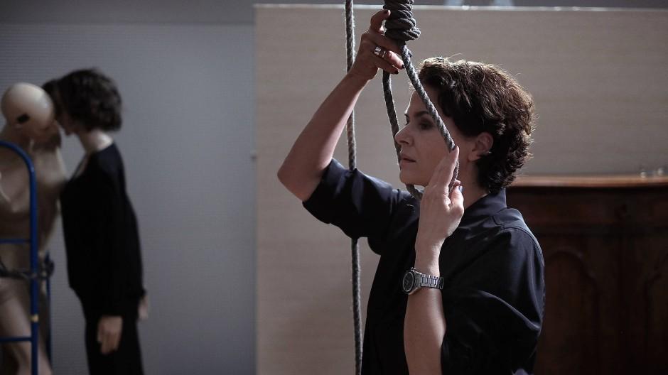 Sitzt auch alles perfekt? Ausbilderin Constanze Hermann (Barbara Auer) testet einen Strick vor einer Unterrichtsstunde für Polizeischüler.