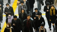 Menschen in Tokio auf dem Weg in die Arbeit.