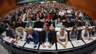 Präsenzvorlesung mit Zettel und Stift: Digitales Lernen ist an deutschen Hochschulen noch nicht sehr populär.