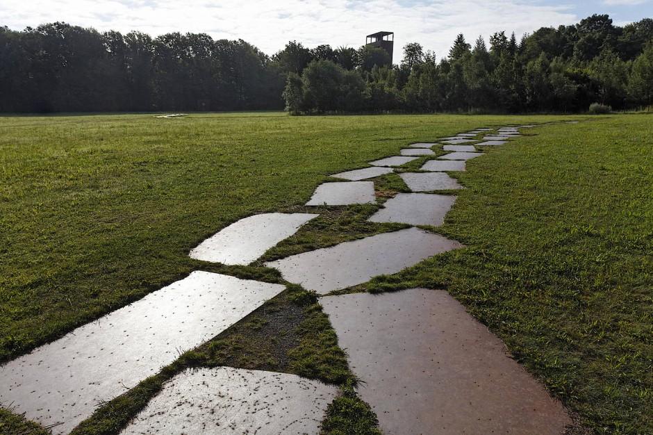 Möglicher Römerweg auf dem Gelände in Kalkriese, im Hintergrund der Aussichtsturm des Varusschlachtmuseums